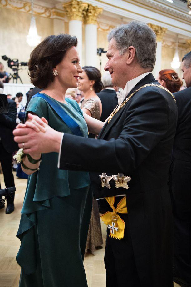 Kuvassa tasavallan presidentti Sauli Niinistö puolisonsa Jenni Haukion kanssa vuoden 2017 itsenäisyyspäivän vastaanotolla.