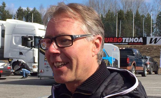 Jyrki Järvilehto auttaa nuoria kuljettajalupauksia eteenpäin.