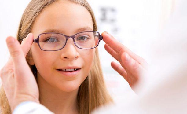 Yli 8-vuotiaan lasit voi määrätä jo optikkokin, joka myös ohjaa lapsen silmälääkärille, mikäli siihen on tarvetta.