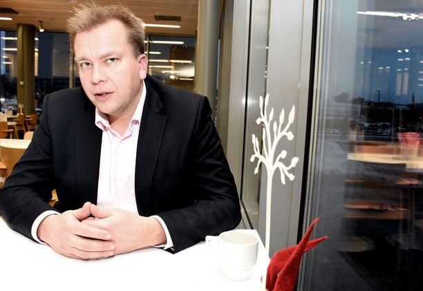 """Antti Kaikkosen mukaan keskustan eduskuntaryhmän puheenjohtajana toimiminen on ollut hänen kansanedustajan uransa """"ylivoimaisesti työteliäin ja haastavin tehtävä""""."""