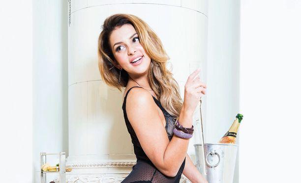 Sara Chafak on monilahjakkuus. Hän toimii mallina, näyttelee, tekee musiikkia ja rakastaa ruoanlaittoa.