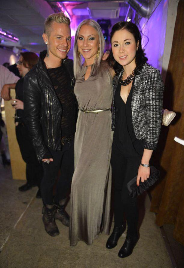 Sauli Koskinen liittyi Dancing on Ice -osallistujien seuraan juhlimaan. Mukana Eveliina Pöllänen (Arttu Wiskarin pari, keskellä) sekä Laura Lepistö.