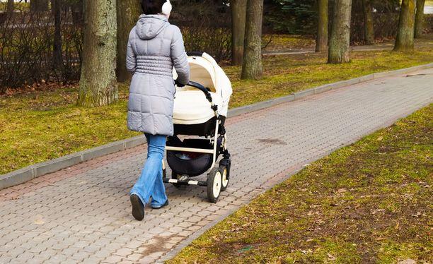 Nuori nainen työnsi lastaan rattaissa, kun tuntematon mies hyökkäsi hänen kimppuunsa Porissa. Kuvituskuva.