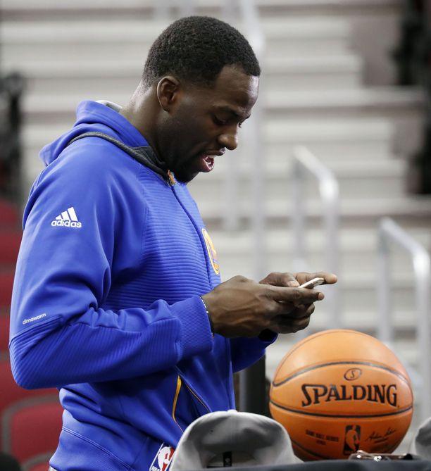 Älypuhelimen vilkuilu on varsin houkuttelevaa myös NBA-koripalloilijoille. Tässä mallia näyttää Golden State Warriorsin Draymond Green.