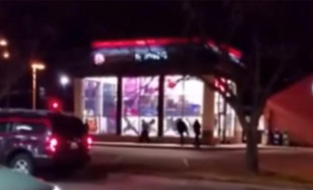 Työntekijät tekivät, mitä soittaja oli käskenyt. He potkivat kaikki ravintolan ikkunat rikki.