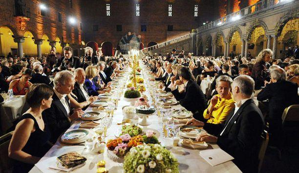 Nobel-gaalaa juhlittiin hulppeissa puitteissa kaupungintalon sinisessä salissa.