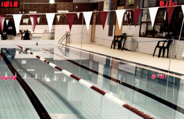 Kahden keski-iän ylittäneen naisen käytös uimahallissa oli hämeenlinnalaisnaisen mielestä ala-arvoista. Kuvan uimahalli ei liity tapaukseen.