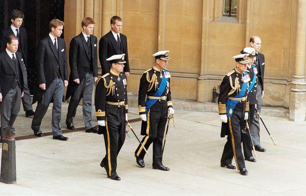 Simon Bowes-Lyon (vasen yläkulma) oli mukana kuningataräidin hautajaisissa vuonna 2002. Hänen edessään astelvat prinssit William ja Harry.