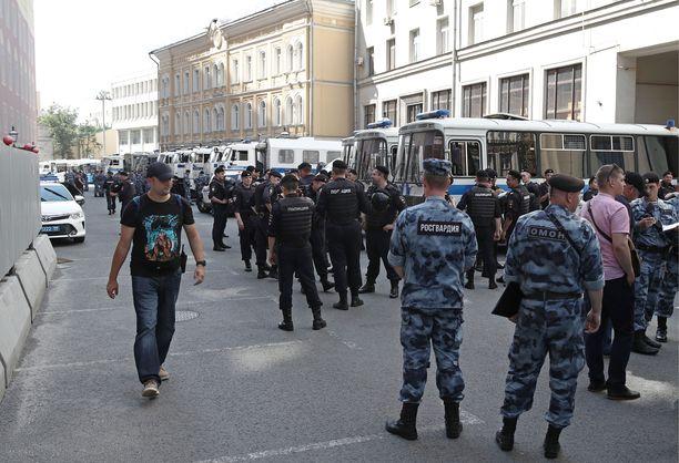 Poliiseja Moskovan pormestarin toimiston ulkopuolella lauantaina.
