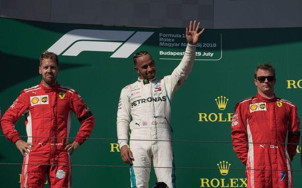 Sebastian Vettel (vasemmalla) ja Kimi Räikkönen ovat joutuneet seuraamaan Lewis Hamiltonin (keskellä) voitonjuhlia Ferrarin kannalta ajateltuna aivan liian usein.