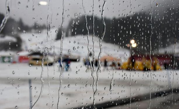 Oberstdorfissa on kostea ja tuulinen keli. Näkyvyys mediarakennuksesta ulos ei ollut kovin hyvä.