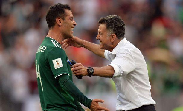 Meksikon Rafael Marquez (vas.) ja valmentaja Juan Carlos Osorio juhlivat Saksa-voittoa.
