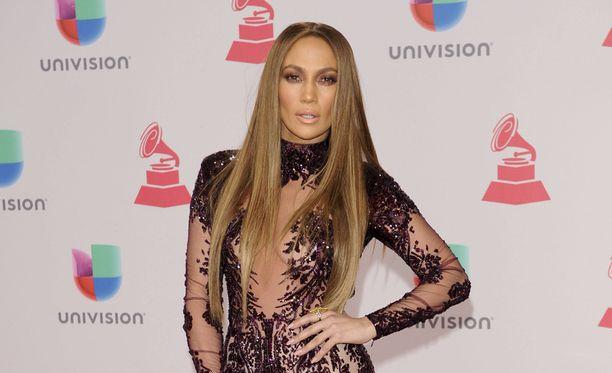 Jennifer Lopez edusti Latin Grammy Awarseissa.