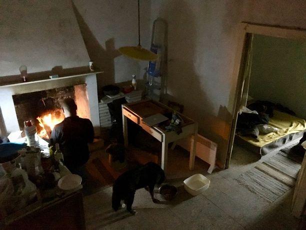 Tämä kuva on otettu maaliskuussa, jolloin elämä Fallon talossa oli sangen yksinkertaista.
