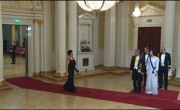 Keskustan kansanedustaja Aila Paloniemi pääsi kättelemään presidenttiparia ylhäisessä yksinäisyydessään.