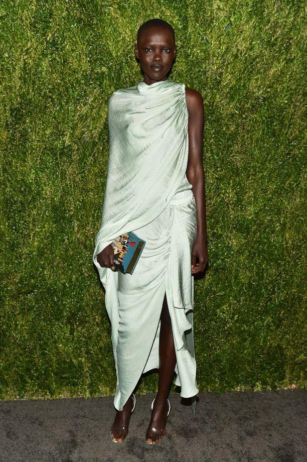 Sudanilainen malli Grace Bol näytti upealta minttuisessa Juan Carlos Obandon mekossa.