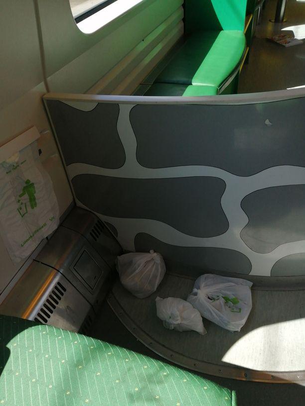 Iltalehti sai kuvan Intercity-junassa matkustaneelta Markolta. Hän matkusti 2-vuotiaan lapsensa kanssa junan leikkipaikan vieressä, mutta kaksikko joutui vaihtamaan paikkaa lattialla pyörineiden roskapussien takia.