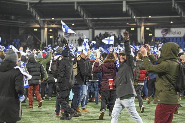 Fanit ryntäsivät kentälle loppuvihellyksen jälkeen. Suomi löi Liechtensteinin 3–0.