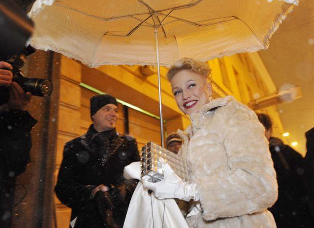Chisun juhlatyylin linja piti myös ulkovarusteissa. Linnan ulkopuolella muusikolla nähtiin rimpsureunainen varjo, valkoiset hansikkaat ja näyttävä turkki.
