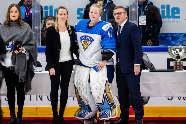 Noora Räty poseerasi IIHF-pomo Rene Faselin kanssa MM-finaalin jälkeen.