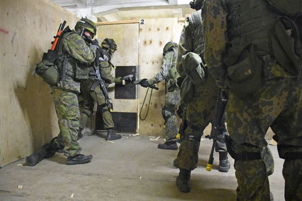 MPK järjestää muun muassa puolustusvoimien tilaamaa koulutusta. Kuva MPK:n harjoituksesta, jossa reserviläiset harjoittelevat taistelua rakennetulla alueella Santahaminassa.
