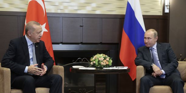 Vladimir Putin ja Recep Tayyip Erdogan (vas.) neuvottelevat Sotshissa