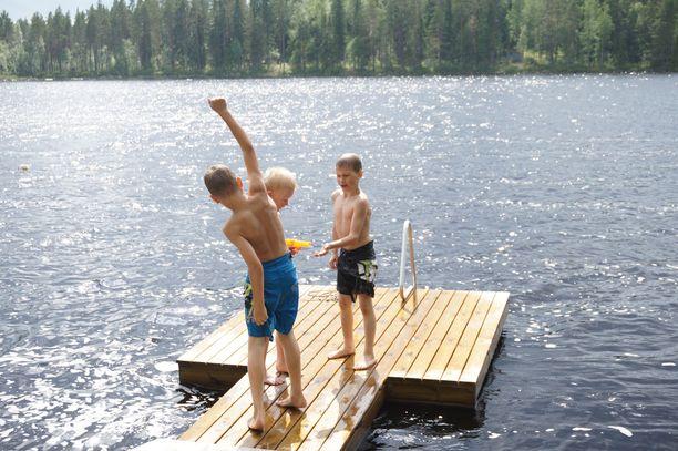 Pojat viettämässä kesäistä päivää Martinjärvellä Keuruun Pihlajavedellä,