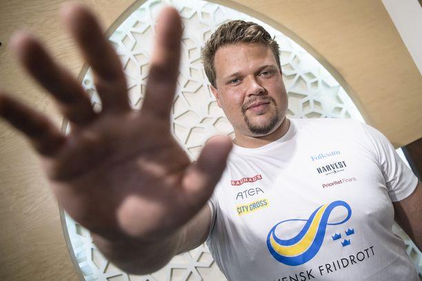 Daniel Ståhl ojensi pitkän kätensä kohti kameraa. Miehen syliväli on peräti 220 senttiä. Se on yksi kaikkien aikojen suurimmista kiekonheiton huipulla.