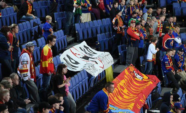 Jokerien fanipääty osoittaa mieltä illan ottelussa.