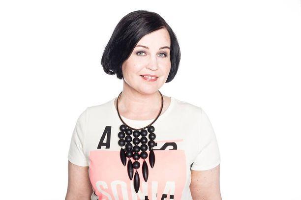 Kirsi Martina Mansnerus-Leinonen on esiintynyt avustajana useassa elokuvassa ja viime kesänä hän oli mallina Iltalehden Ilonassa Päivä mallina -osiossa, josta kuva on.