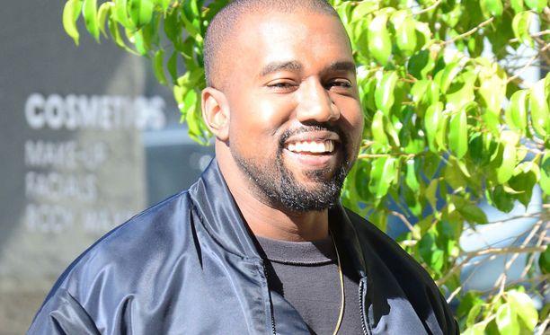 Kanye West hauskuuttaa Idols-kisassa.