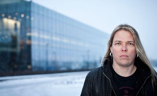 Eicca Toppinen musisoi Apocalypticassa.