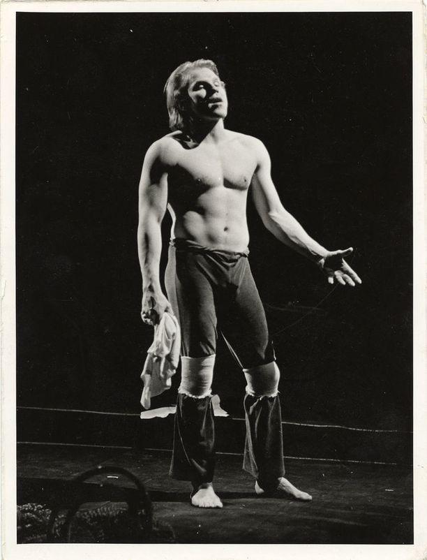 Jussi Parviaisen olemus miellytti katsojia siinä määrin, että Jumalan rakastaja -näytelmän esityksissä yleisö kohahti, kun mies vähensi vaatteitaan.s