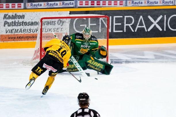 Jaakko Lantta ampui rangaistuslaukauksella SaiPan toisen osuman Ilves-vahti Eetu Mäkiniemen taakse.