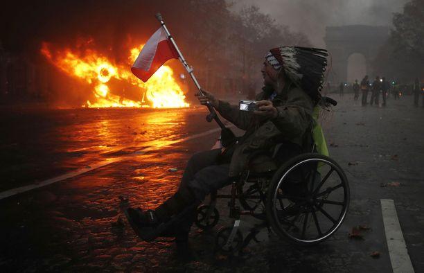 Mielenosoittaja kuvasi itseään Pariisin protesteissa lauantaina.