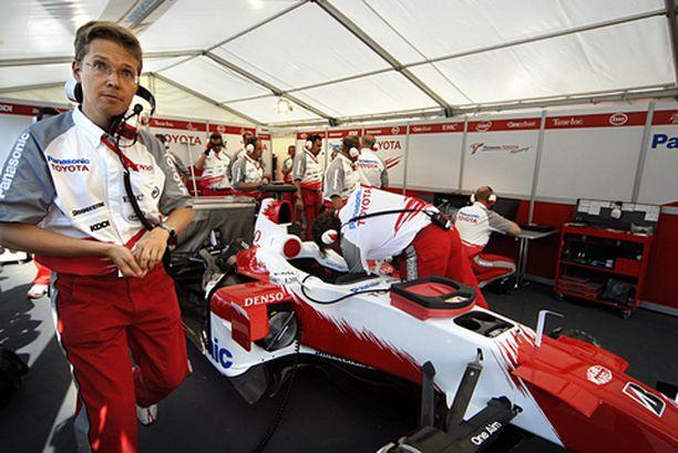 Ossi Oikarinen huolehti Jarno Trullin autosta myös Toyotan tuodessa F1-auton Helsingin keskustaan elokuussa.