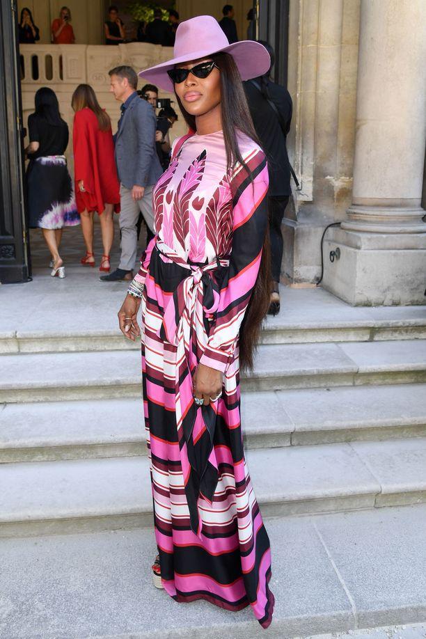 Huippumalli Naomi Campbell on tyylikameleontti. Pinkkiraitainen mekko ja asuun sointuva hattu näyttävät kauniilta yhdessä.