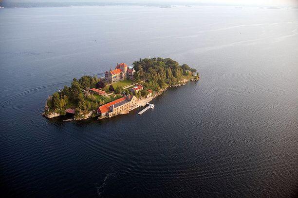Singer Castle sijaitsee omalla saarellaan. Linnan erikoisuuksiin kuuluvat salakäytävät, joista käsin isännät pystyivät halutessaan vakoilemaan vieraitaan.