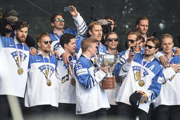 Kultaleijonat nähtiin kansanjuhlassa Kaisaniemessä maanantaina. Tänään on Tampereen vuoro.