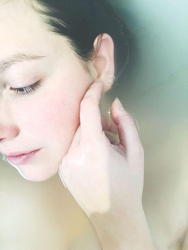 Iho-ongelmista kärsivällä ihonhoito on jatkuvaa tasapainoilua purkkien, hoitojen ja ruokavalion välillä. Lukuisia lääkekuurejakin ihoonsa syönyt toimittaja kokeili ihon sarjahoitoa kosmetologilla ja vaihtoi kaikki käyttämänsä ihonhoitotuotteet. Erityisesti maito- ja mantelihappo tuntuivat vähentävän toimittajan näppylöitä. Kuvituskuva.