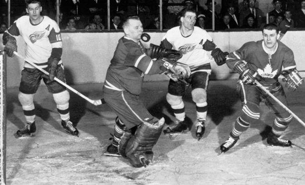 Johnny Bower tositoimissa Detroit Red Wingsia vastaan vuonna 1961.