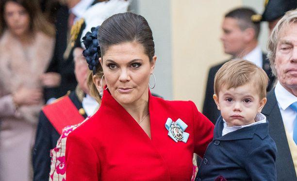 Oscar edusti äitinsä, kruununprinsessa Victorian sylissä viime perjantaina prinssi Gabrielin kastetilaisuudessa.