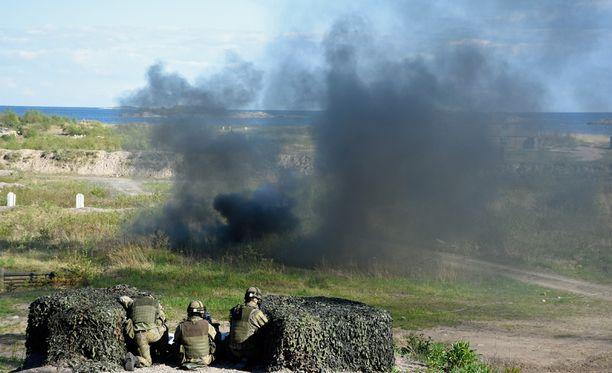 Ylen uutisen mukaan Puolustusvoimilla on salainen ohjeistus liittyen kaksoiskansalaisiin. Puolustusministeri Jussi Niinistö (ps) on kiistänyt Ylen tiedot.