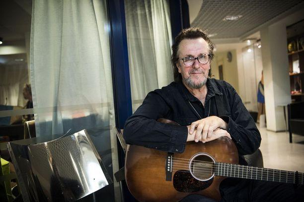 Hector eli Heikki Harma on muusikon uransa ohella työskennellyt pitkään toimittajana Yleisradiossa.
