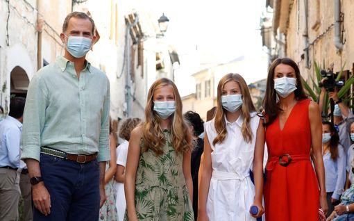 Espanjan kuningasperhe lomailee maskit kasvoillaan – prinsessa Sofialla tikit polvessa