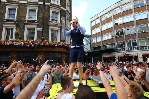 Englannin valmentajaksi Gareth Southgateksi pukeutunut kannattaja oli yksi hälytysajoneuvon päällä olleista.
