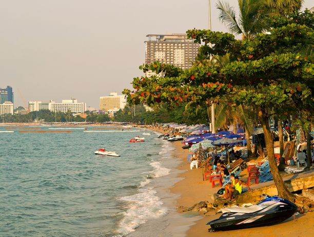 Lähes loputonta hellesäätä löytyy eri puolilta maailmaa. Kuumaa ja edullista elämää voi elää muun muassa kuvan Thaimaan Pattayalla.