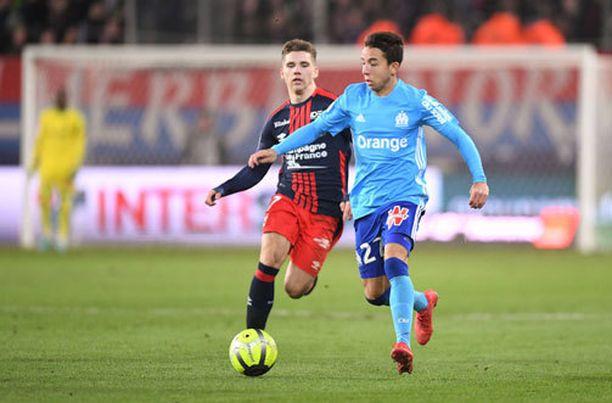 Caenin Timo Stavitski yrittää tavoittaa Marseillen Maxime Lopezia.
