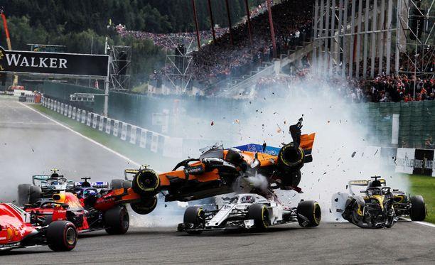 Fernando Alonsosta tuli Belgian GP:n avausmutkassa matkustaja.