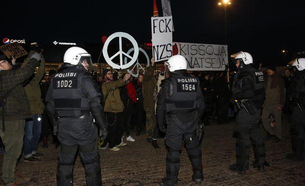 Vastamielenosoittajat olivat uusnatseja vastassa Hakaniemen torilla.